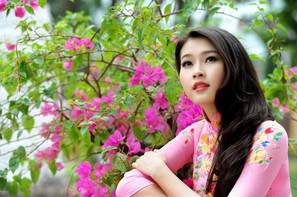 Hoa hậu Thu Thảo thả dáng ngọc ngà bên ban công