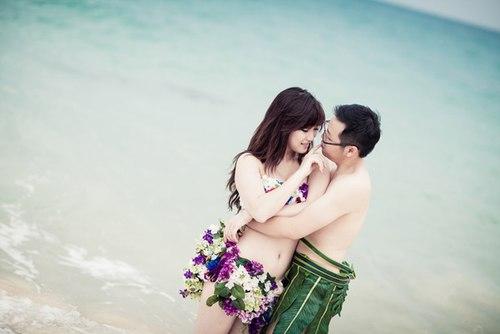 Ý tưởng làm bikini kết từ hoa giúp cô dâu và chú rể ghi lại được dấu ấn khó quên cho bộ ảnh cưới.