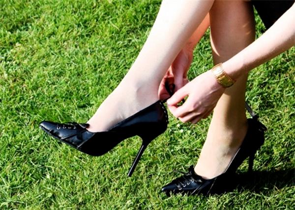 thử đi giày cao gót tất cả các bề mặt