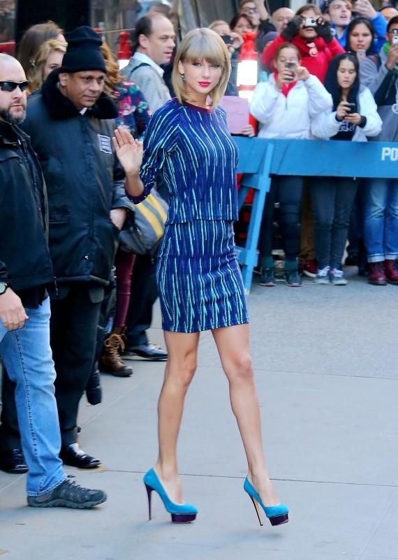 Taylor Swift lộng lẫy trong bộ trang phục phối màu tương tự siêu đẹp