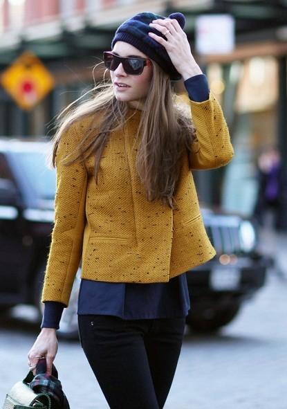 Cặp màu xanh navy, vàng đậm tạo nên tổng thể hoàn hảo, ấm áp