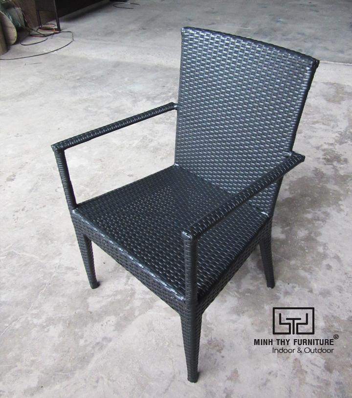 Cận cảnh công việc đan thủ công ghế café mây nhựa tại xưởng sản xuất Nội thất Minh Thy