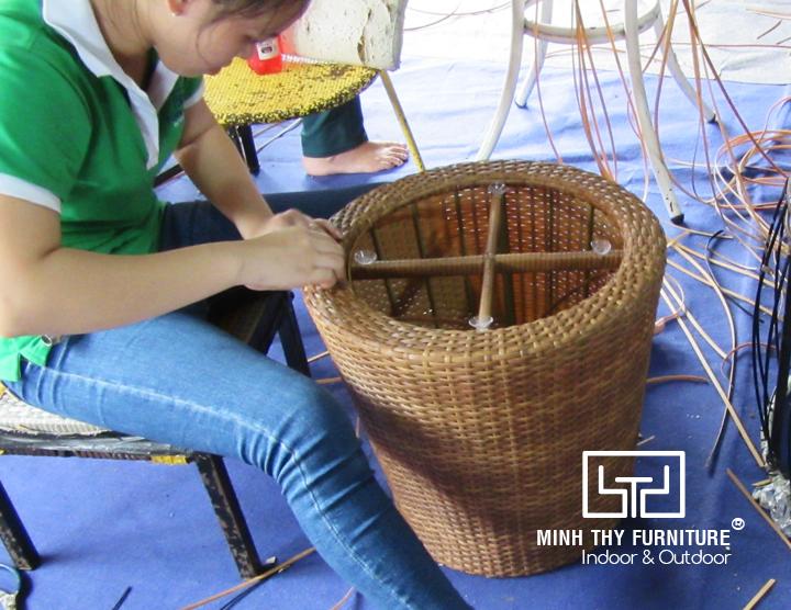 Đôi bàn tay khéo léo của người thợ thủ công khi đan bàn cafe