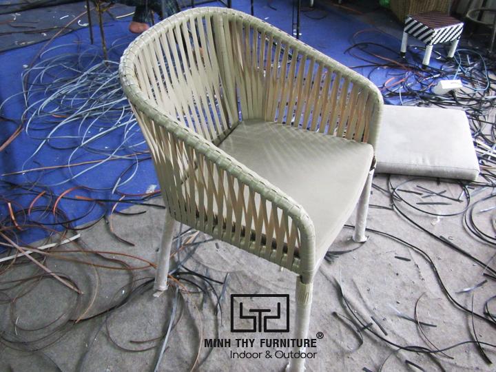 Tìm hiểucách người thợđan ghế nhựa giả mây cao cấp