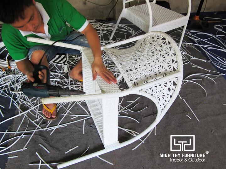 Cận cảnh đan hình hoa mai trên ghế cafe nhựa giả mây