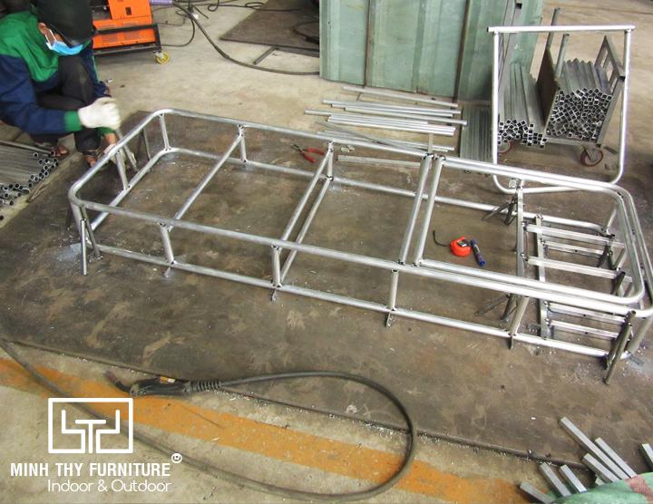Sản xuất khung ghế hồ bơi tại xưởng cơ khí