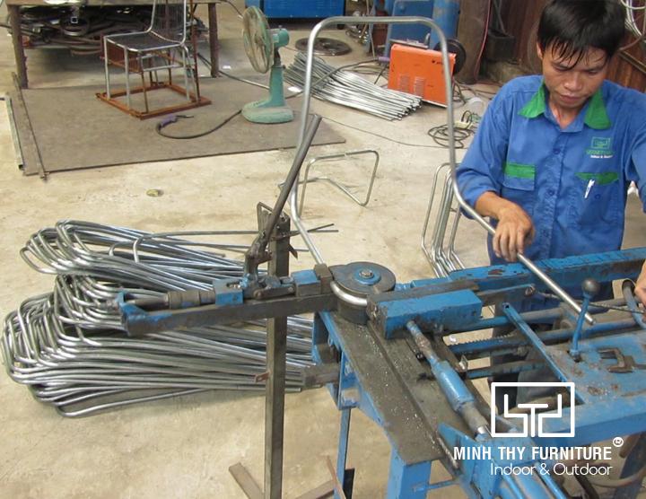 Uốn khung ghế sắt cafe ngoài trời BGS4003 tại xưởng cơ khí Minh Thy Furniture