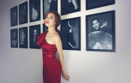 Hoàng Thùy Linh chọn váy tôn nét quyến rũ
