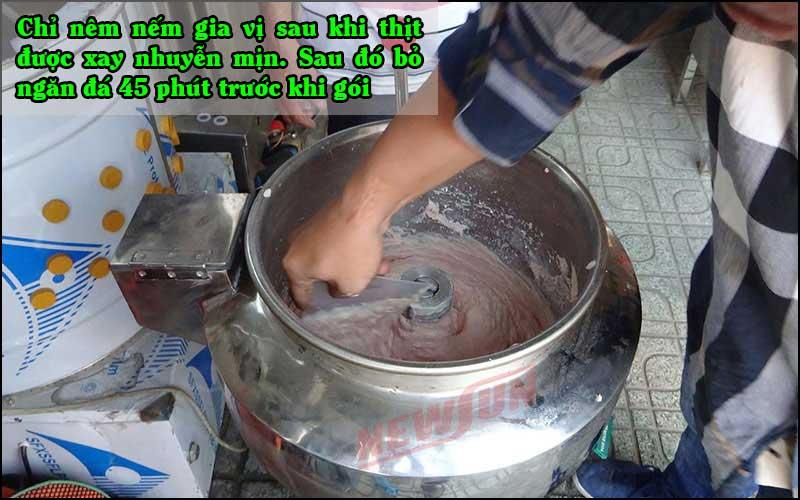 Nêm nếm gha vị sau khi thịt được xay nhuyễn