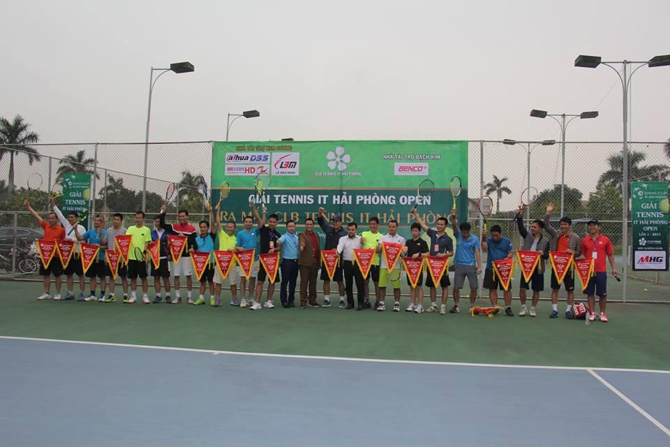 Các 'tay vợt' nhận cờ lưu niệm từ ban tổ chức giải đấu