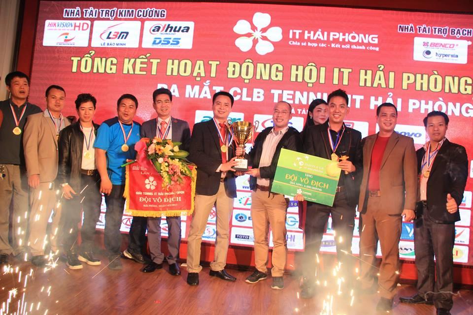 Trao cup và phần thưởng cho đội vô địch giải đấu tennis