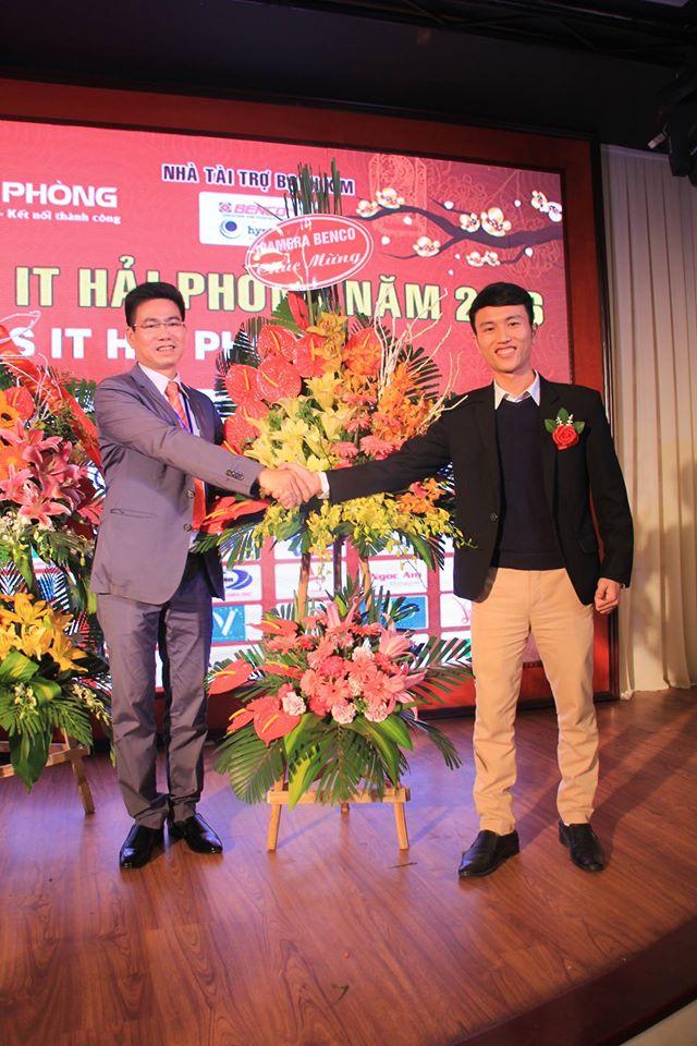 Mr. Trai đại diện công ty BENCO tặng ban tổ chức lãng hoa chúc mừng