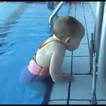 Bé gái 1 năm 9 tháng bơi như người lớn