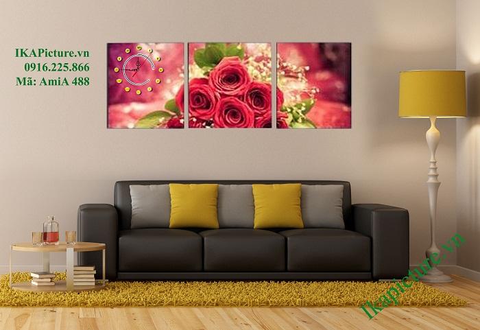 Tranh hoa hồng ngoài việc làm đẹp phòng ngủ còn được trang trí phòng khách hiện đại, kết hợp đồng hồ vô cùng ấn tượng và tiện dụng