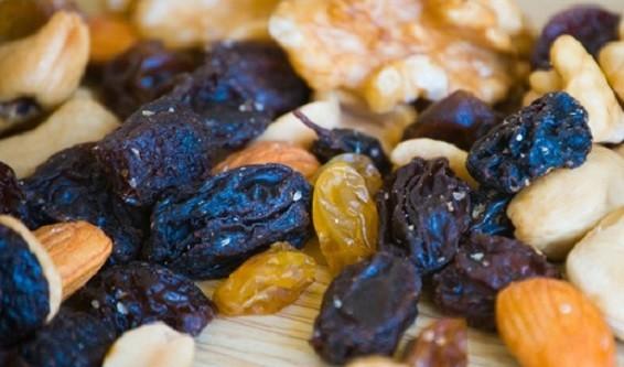 2. Trái cây hoặc các loại hạt khô: Đây là món ăn vặt rất hiệu quả trong việc ngăn ngừa cơn buồn ngủ vì chúng là sự kết hợp giữa protein và chất béo, cung cấp cho bạn nguồn năng lượng bền vững. Tuy nhiên, bạn nên ăn một lượng vừa phải vì tiêu thụ quá nhiều carbohydrates có thể làm lượng đường trong máu thấp, gây buồn ngủ vào buổi chiều.