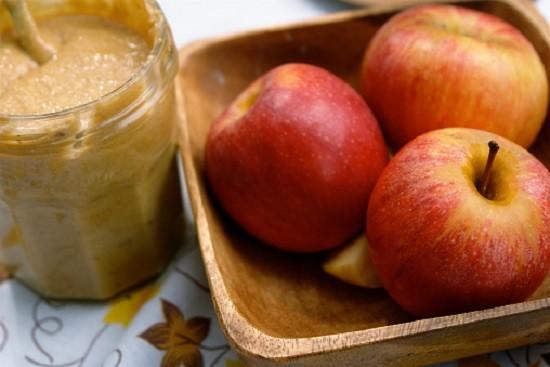 1. Trái cây + bơ đậu phộng: Theo Health, vị ngọt tự nhiên trong các loại trái cây như chuối, táo… làm tăng thời gian chuyển hóa hơn các loại đường hóa học trong các loại kẹo. Thêm nữa, protein trong bơ đậu phộng cung cấp năng lượng lâu dài cho cơ thể.