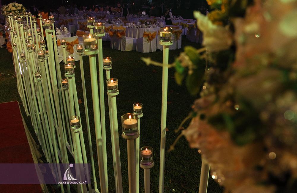 ứng dụng nến trong trang trí tiệc cưới ngoài trời