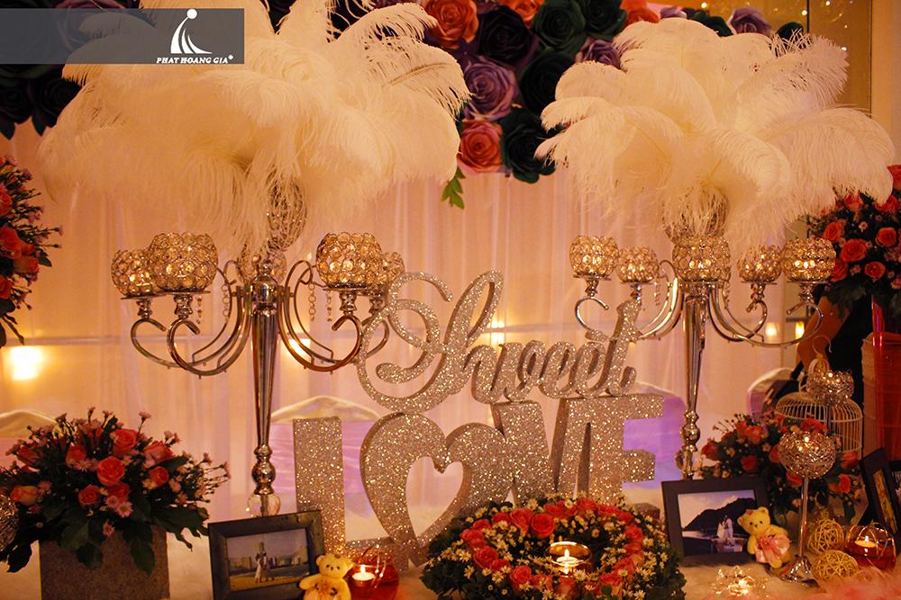 trang trí tiệc cưới với chân nến pha lê