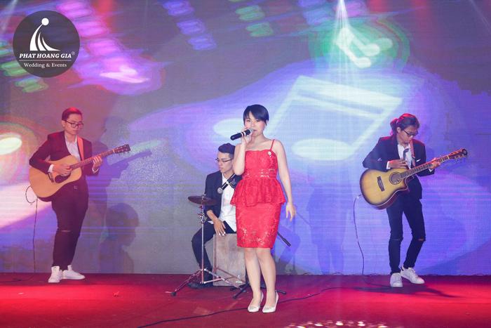 ban nhạc acoustic với ca sĩ