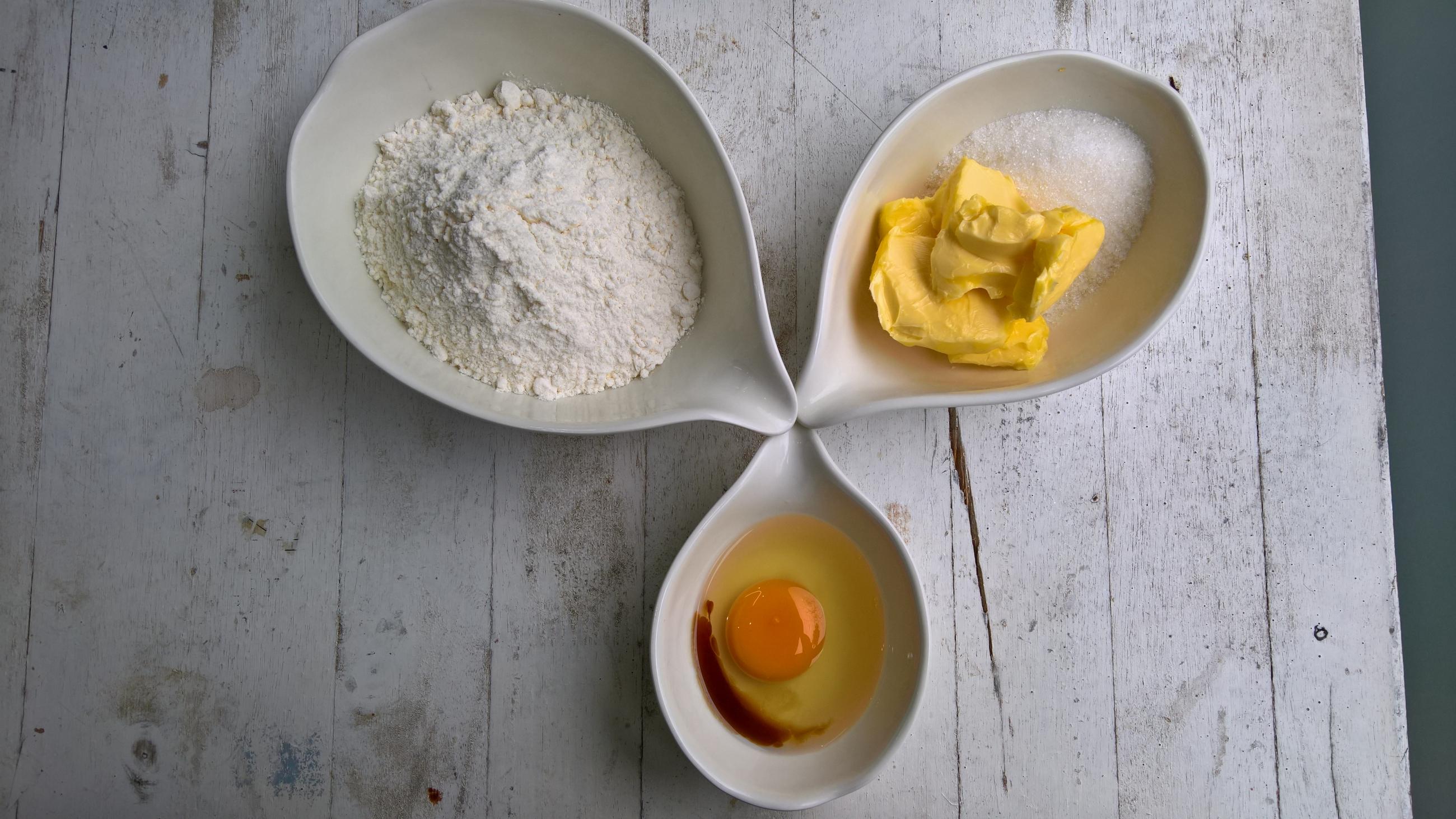 Bơ: 75gr, bột mì đa dụng: 150gr, đường: 50gr, trứng: 1 quả, vanilla extract: 2-3 giọt