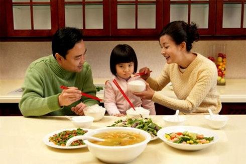 Bé biếng ăn, ba mẹ phải làm sao?
