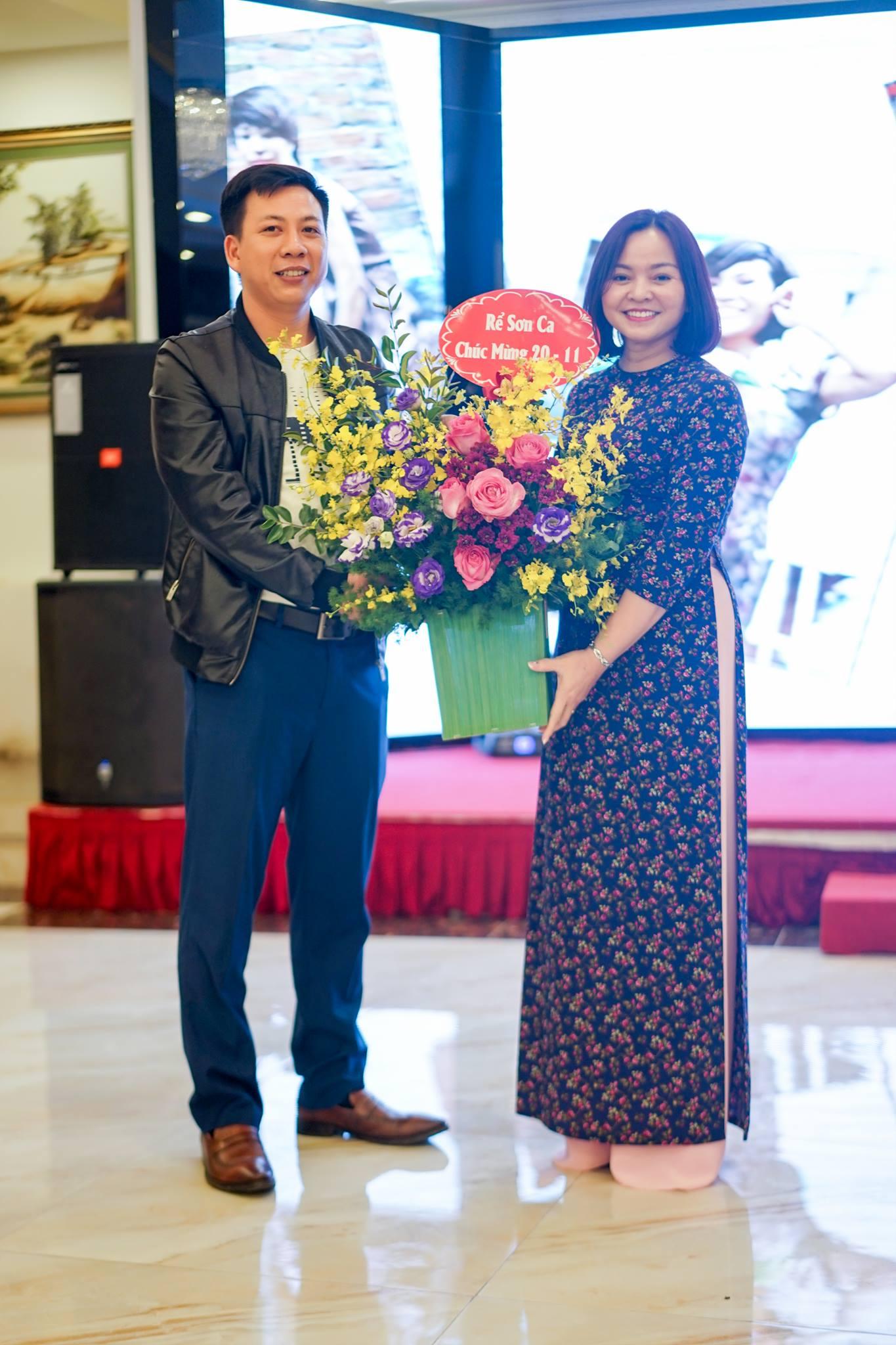 Anh Lê Xuân Bắc tặng hoa chúc mừng.