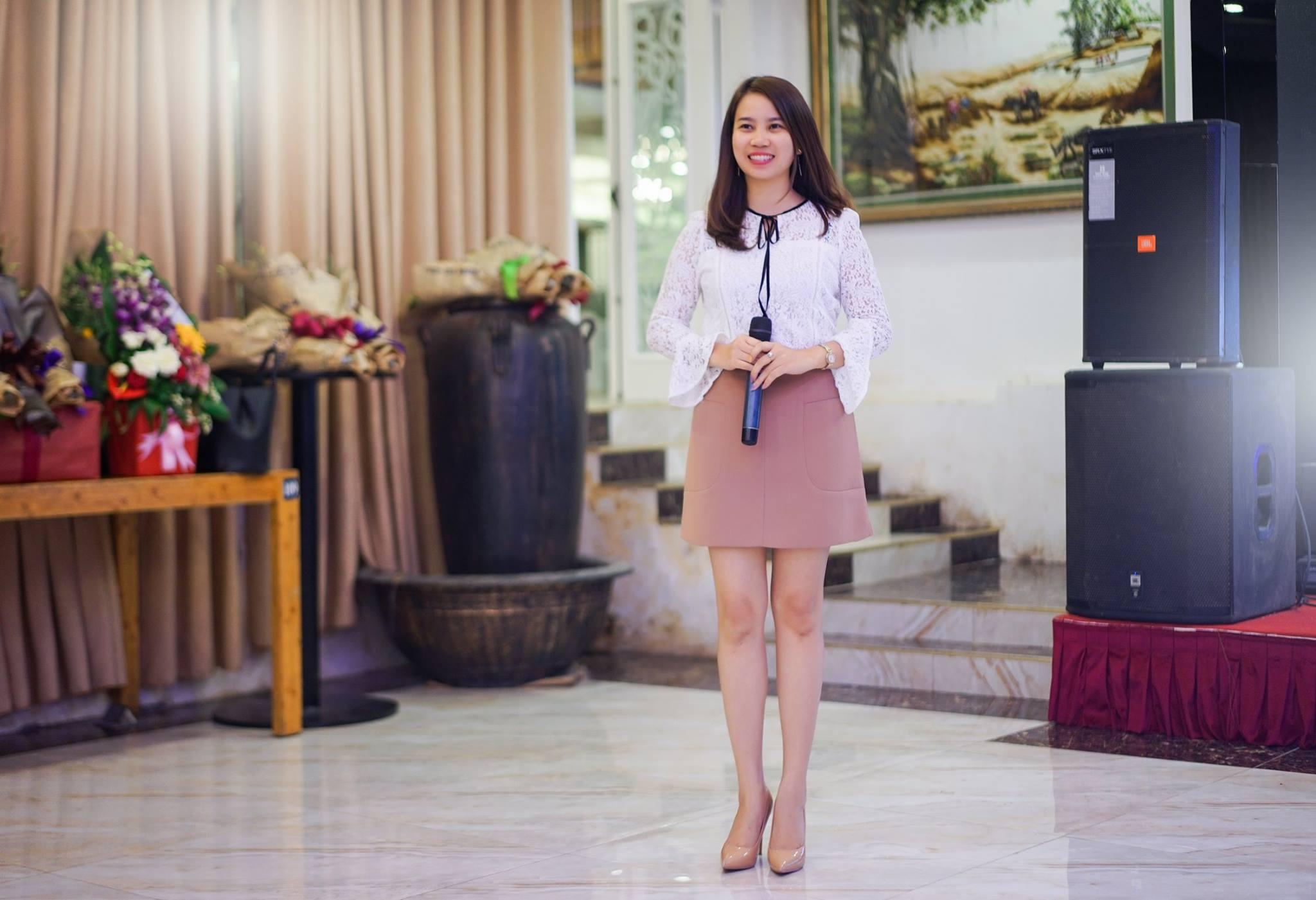 Cô Huyền Ngọc- Quản lý tài năng, sáng tạo. Đồng thời cô cũng là một MC dày dặn kinh nghiệm trong các chương trình, sự kiện của nhà trường.