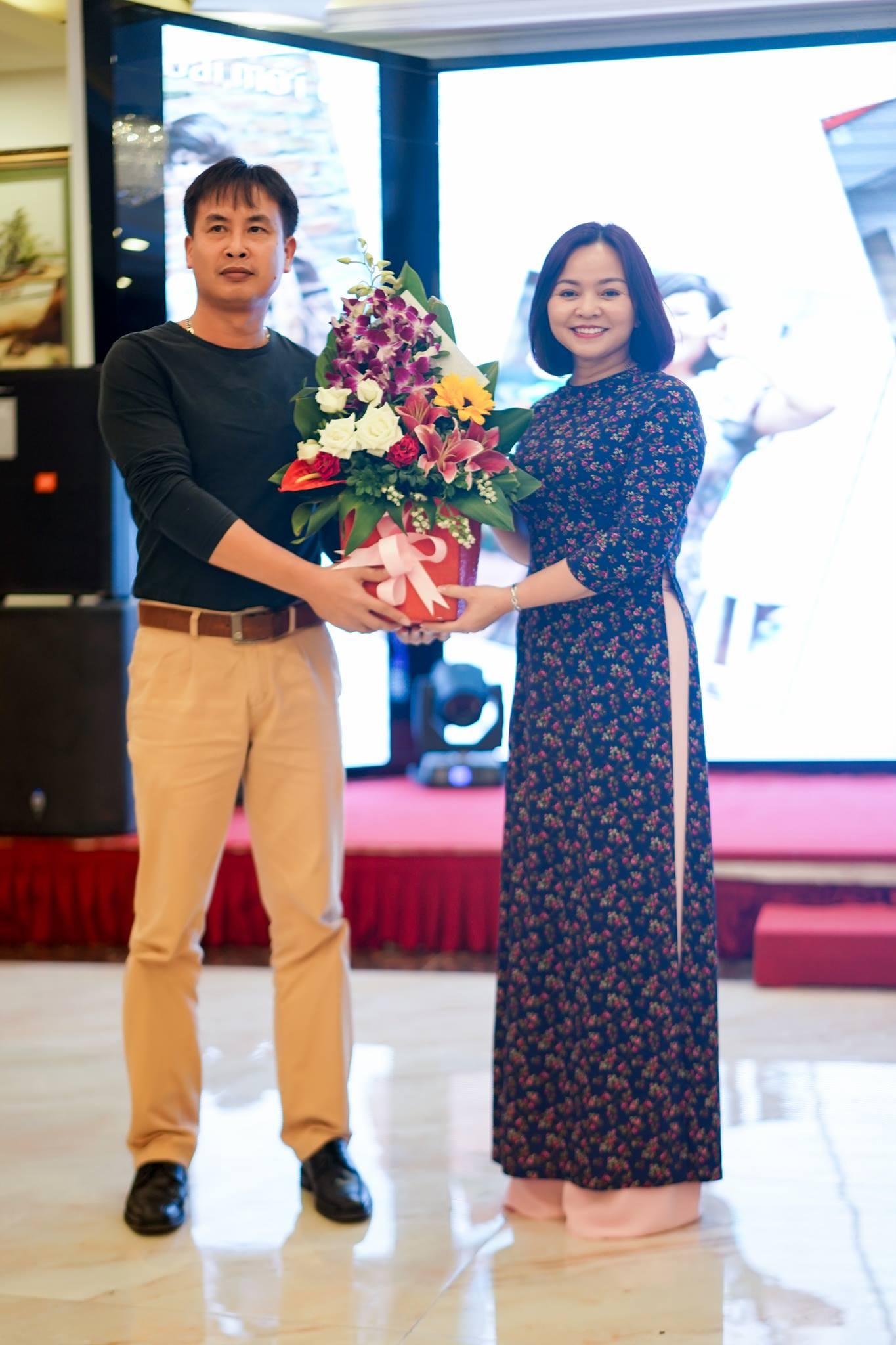 Anh Nguyễn Quang Tùng- Chính trị viên, đại diện đơn vị kết nghĩa 127 tặng hoa chúc mừng